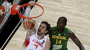 Pau Gasol (I) realiza un mate ante la mirada dek jugador senegalés Gorgui Dieng.