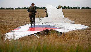 Fotografía de archivo de un miliciano prorruso en el fuselaje del avión de Malaysia Airlines que estalló sobre territorio ucraniano