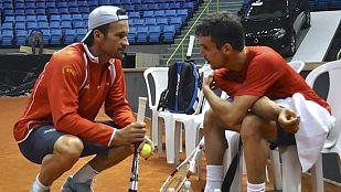 El capitán español Carlos Moyá (i) conversando con el tenista Roberto Bautista