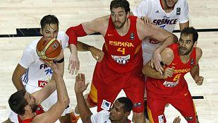 El pívor español Marc Gasol (i) se dispone a lanzar entre sus compañero Pau Gasol (c, arriba) y José Calderón (d) y los franceses