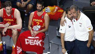 Banquillo de la selección española de baloncesto junto a su entrenador, Juan Antonio Orenga (d)