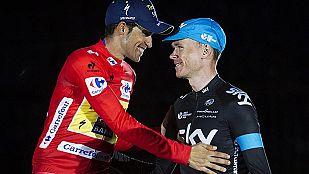 Chris Froome felicita a Contador en el podio final de la Vuelta.