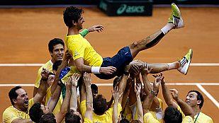 El brasileño Bellucci es manteado por sus compañeros tras el partido.