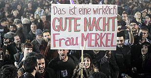 Cartel con el lema 'Buenas noches, señora Merkel', durante la celebración de la victoria de Syriza en Grecia