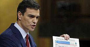 Pedro Sánchez muestra a Rajoy las portadas de varios periódicos tras el rescate de la banca de 2012 durante su primera intervención en el debate del estado de la nación.