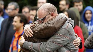 Compañeros de los dos pasajeros fallecidos que trabajaban en Delphi se funden en un abrazo