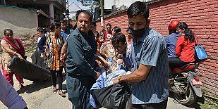 Pacientes de un hospital de Katmandú son evacuados tras el terremoto que ha golpeado este martes Nepal