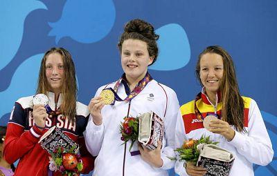 La británica Holly Hibbott (c, oro) posa en el podio junto a la rusa Anastasiia Kirpichnikova (i, plata), y la española Marina Castro Atalaya (d, bronce), tras competir en la prueba de 800 metros.