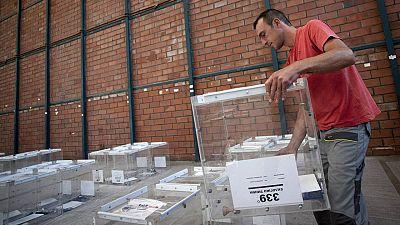 Un operario prepara las urnas para las elecciones griegas en un almacén de Salónica.