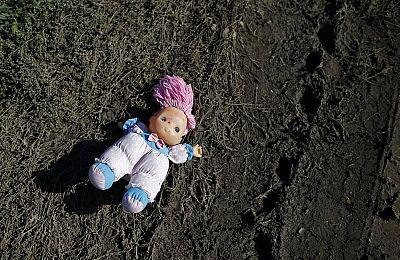 Una muñeca olvidada en el camino que miles de migrantes han hecho para cruzar la frontera croata.