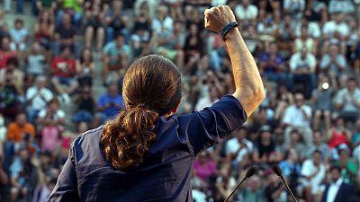 El líder de Podemos, Pablo Iglesias, levanta el puño en un mitin en Badalona.