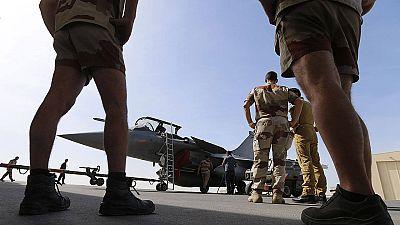 Soldados franceses preparan un avión Rafael que participa en las operaciones contra el Estado Islámico en Siria.