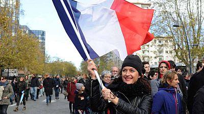 Una mujer porta una bandera francesa en una de las múltiples marchas en memoria de las víctimas de los atentados de París.