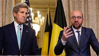 John Kerry (i), y el primer ministro belga, Charles Michel (d), en Bruselas