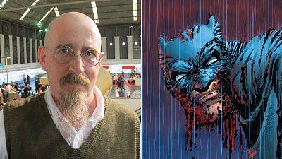 Brian Azzarello y una imagen de 'El Caballero Oscuro III'