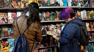 Dos jóvenes en el Salón del Cómic de Barcelona