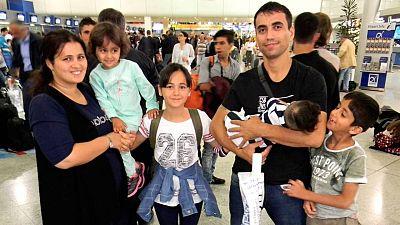 Nafia Bedredin,de nacionalidad iraqui, con su mujer y sus cuatro hijos en el aeropuerto de Atenas antes de partir hacia Madrid.