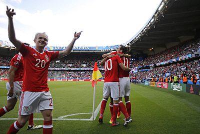 Bale y Williams celebran el único tanto del partido de octavos de final.