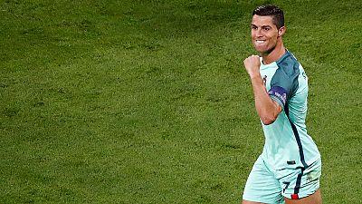 Cristiano Ronaldo consigue el primer gol frente a Gales la red un córner sacado en corto con un gran salto en la frontal del área pequeña.