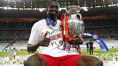 Eder Lopes celebra la Eurocopa con el trofeo en sus manos.