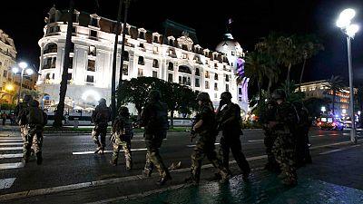 La policía acordona los alrededores del lugar del atentado en Niza