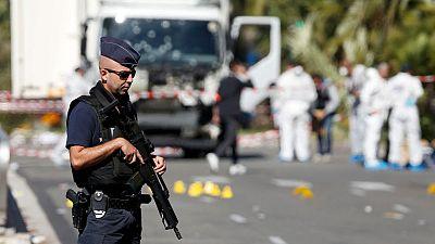 Un policía francés custodia el camión con el que el autor del atentado de Niza arrolló a la multitud