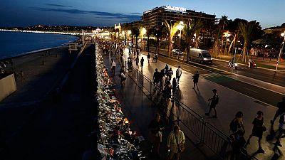 El paseo de los Ingleses de Niza, donde se perpetró el atentado, repleto de flores y otros homenajes a las víctimas