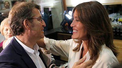 Alberto Nuñez Feijóo celebra con su novia, Eva Cárdenas, el resultado de las elecciones en Galicia