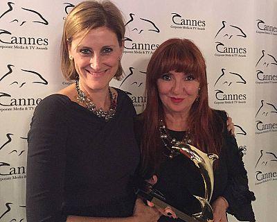 Ana Peláez ('Imprescindibles') y Eva Vizcarra, con el Delfín de Oro de Cannes