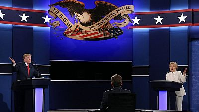 Los candidatos a la Presidencia de EEUU por el partido Republicano Donald Trump (i) y por el partido Demócrata Hillary Clinton (d) participan en el tercer y último debate televisado, el 19 de octubre. EFE/GARY HE