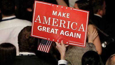 """Un seguidor republicano con un lema de campaña de Trump: """"Recuperar la grandeza de EE.UU."""""""