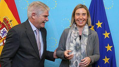 La alta representante de la UE para la Política Exterior, Federica Mogherini, junto al ministro español Alfonso Dastis.