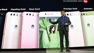 El CEO de Huawei Richard Yu presenta el nuevo Huawei P10 en el MWC.