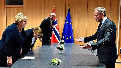 Donald Tusk, a la derecha, durante su reunión con la primera ministra noruega, Erna Solberg