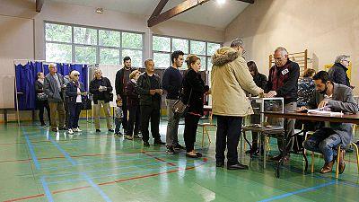 Varias personas hacen cola para votar en un colegio en Vaulx-en-Velin, Francia