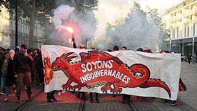 """Manifestantes anticapitalistas protestan por la victoria de Macron en Nantes bajo la pancarta """"Somos ingobernables""""."""