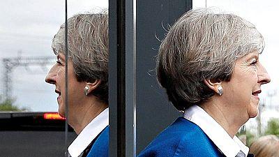 Theresa May sale de un acto electoral en Wolverhampton