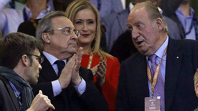 Florentino Pérez (izquierda) conversa con el rey emérito Juan Carlos