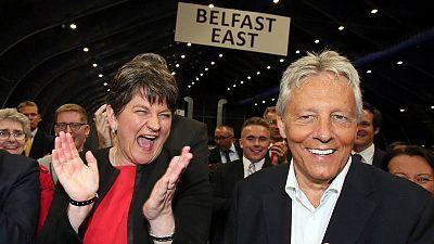 La líder del norirlandés Partido Democrático Unionista, Arlene Foster, celebra los resultados de los comicios británicos