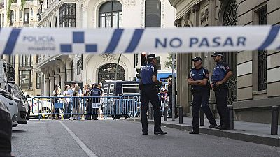 Tráfico restringido por la Policía en la calle del Clavel, en las inmediaciones de la Plaza de Pedro Zerolo