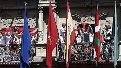 Las banderas europea, española y navarra ondean en el Ayuntamiento de Pamplona junto a la ikurriña en el chupinazo