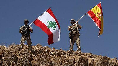 Soldados libaneses con la bandera de su país y la española en Ras Baalbek, durante la ofensiva contra el Estado Islámico en la frontera con Siria
