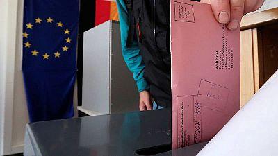 Un hombre deposita su voto por correo para las elecciones generales alemanas, en Berlín