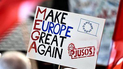 Un simpatizante sostiene un cartel durante un acto de campaña de SPD
