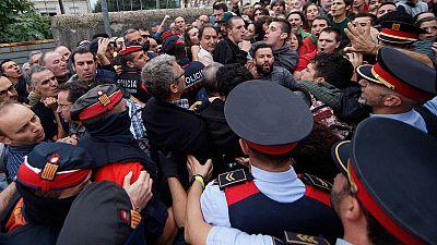 Agentes de los Mossos ante el colegio electoral en que está empadronado el vicepresidente catalán, Oriol Junqueras