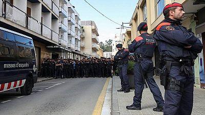 Mossos d'Esquadra permanecen dante de un grupo de policías nacionales en Pineda de Mar