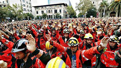 Un grupo de bomberos participa en una concentración en Barcelona durante la huelga de este martes por el 1-O