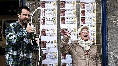 Dos personas brindan en Abadiño que el Gordo de la Lotería de Navidad de 2016 ha caído en este municipio vizcaíno