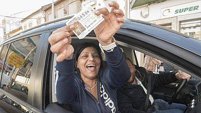 Una vecina de Pinos Puente (Granada) enseña su décimo del segundo premio de la Lotería de Navidad de 2016.