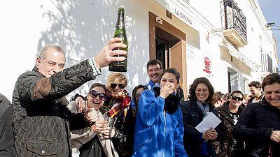 """Los vecinos de Olivenza (Badajoz) celebran el """"El Gordo"""" de la Lotería de Navidad de 2016"""